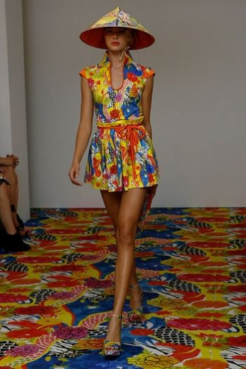 Vestiti corti e coloratissimi di Alberta Ferretti